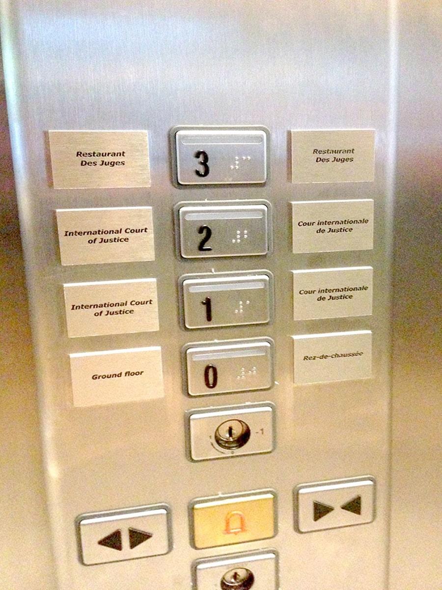 Gegraveerde lift verdiepingen en paneel