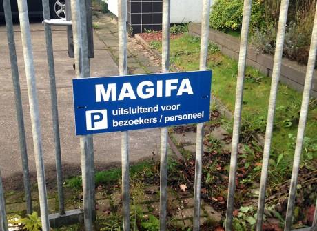 Parkingbordje aan hek