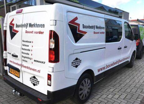 Bedrijfsreclame op witte Renault Trafic