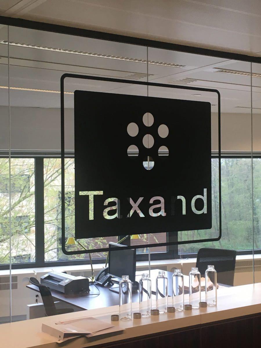 doorzichtig logo op glazen muur