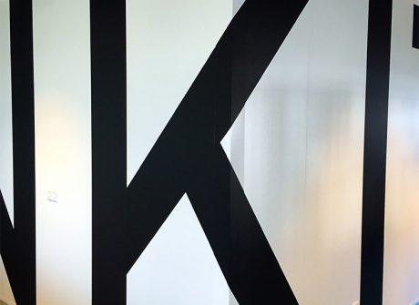 doorlopende-letters-op-wand1