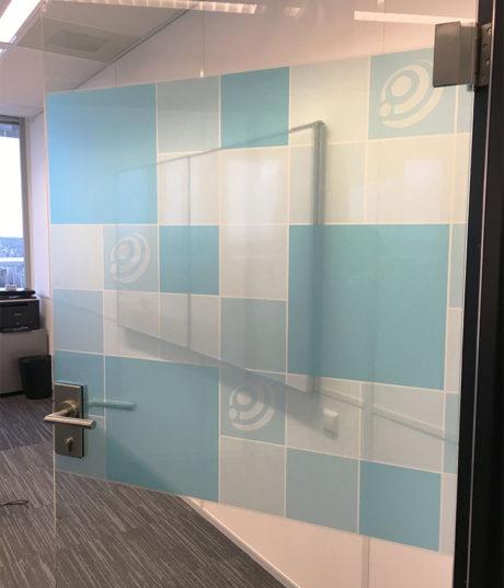 Glasfolie design kleeft maakt van uw bedrijf een ware blikvanger - Kamer kantoor ...