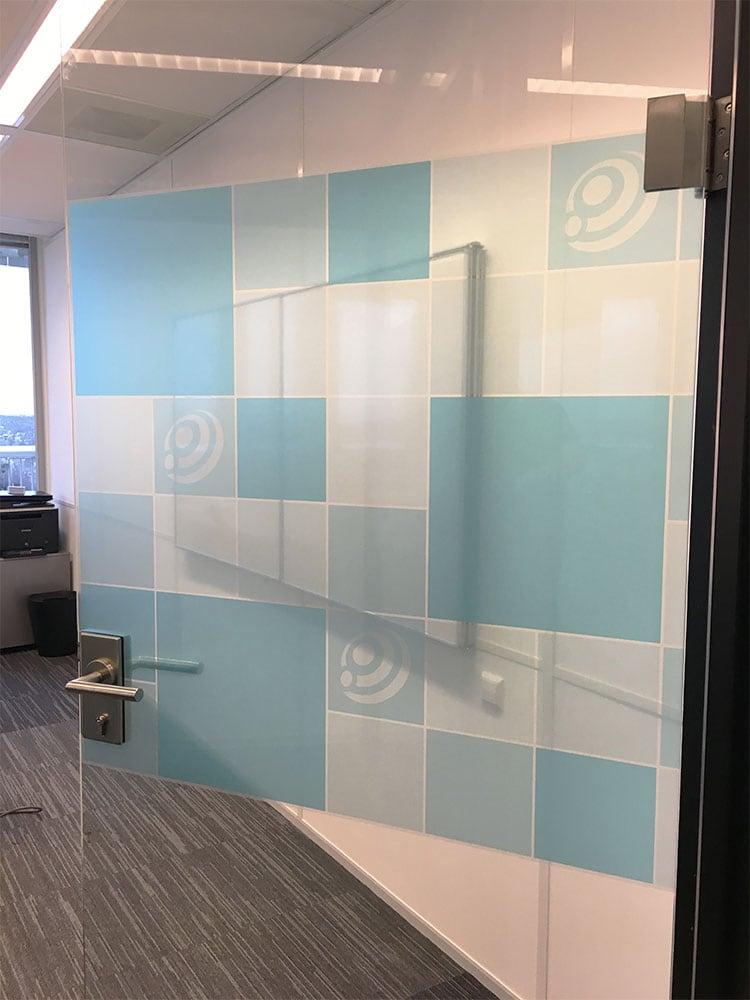 Glasfolie design kleeft maakt van uw bedrijf een ware blikvanger - Kantoor transparant glas ...
