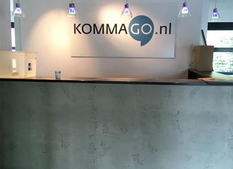 bedrijfs logo op muur receptie