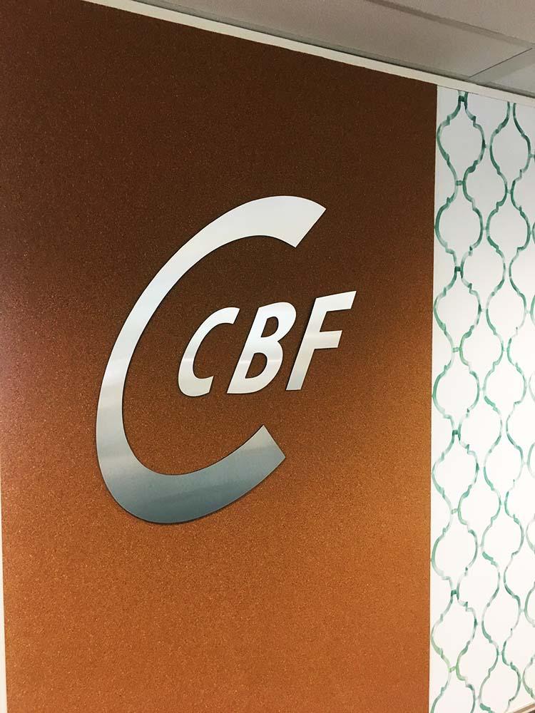 chroome logo op muur