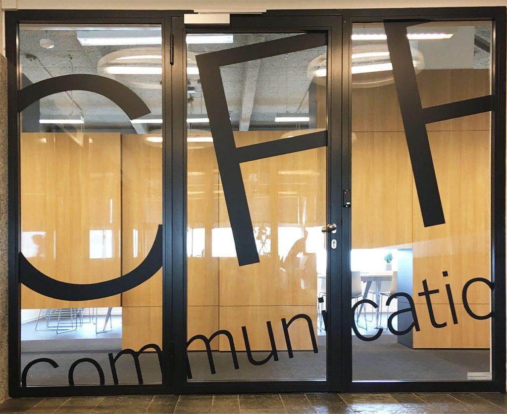 Logo bedrijf op raam