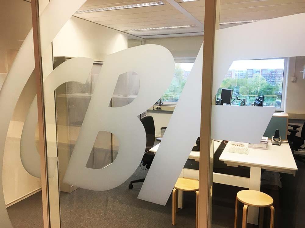 Logo van bedrijf op raam