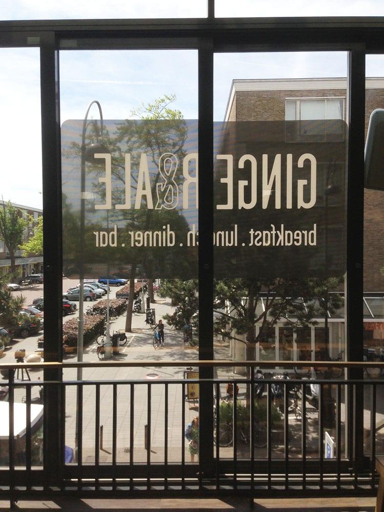 Restaurant logo op raam