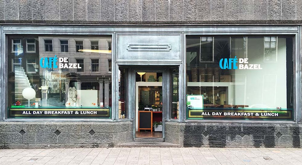 Restaurant naam op raam