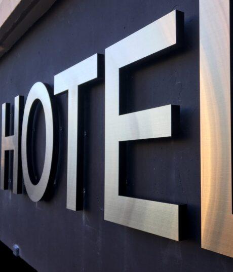 RVS logo voor hotel